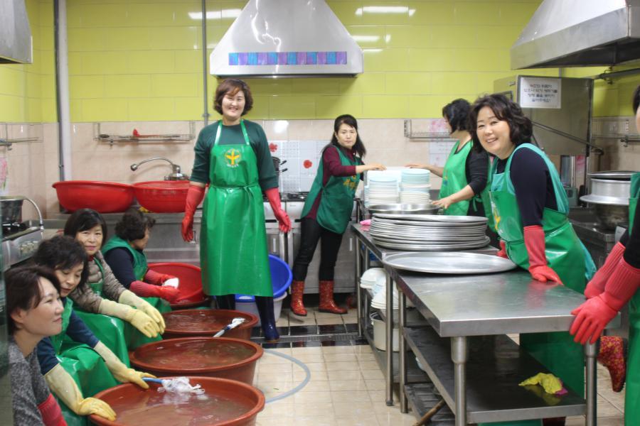 서울 강동구부녀회, 어르신 점심대접 봉사