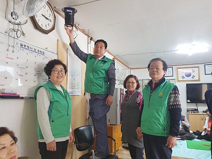 인천 동구협의회와 부녀회, 모기포충기 설치