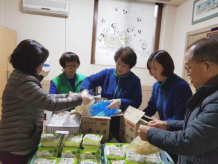 대전 동구 중앙동부녀회와 산내동부녀회(회장 윤복선), 나눔냉장고 채움 활동