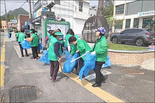 충남 금산군 진산면협의회와 부녀회, 각종 생활 쓰레기 수거