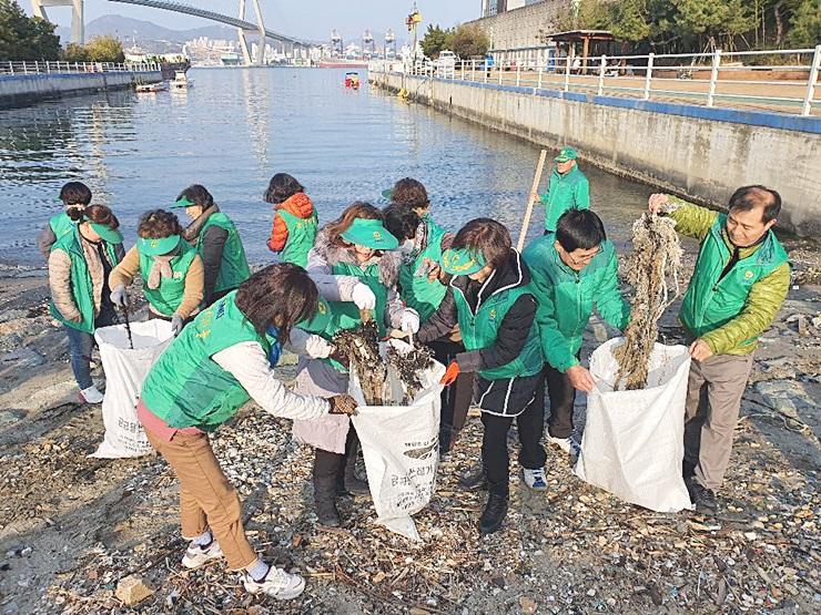 부산 영도구지회, 무단투기쓰레기 및 해양오염쓰레기 1톤을 수거