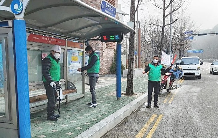 """""""코로나19 막아라""""새마을가족 방역활동 구슬땀"""