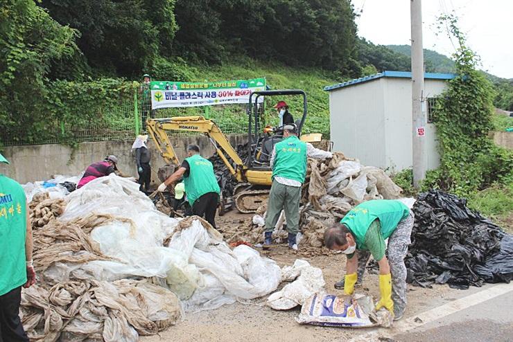 경북 의성군 의성읍협의회와 부녀회, 폐비닐 수거활동