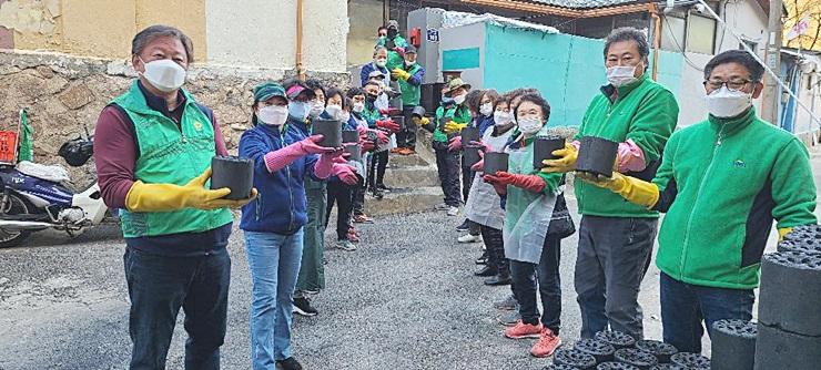 서울 서대문구협의회와 부녀회, 소외계층 가구에 연탄 나눔