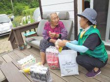 경북 영양군 수비면협의회(회장 이학이)와 부녀회(회장 남순분), 어르신댁 방문 간식꾸러미 전달