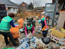 전남 강진군 군동면협의회와 부녀회, 소외계층 가정 쓰레기 수거와 집안 정리